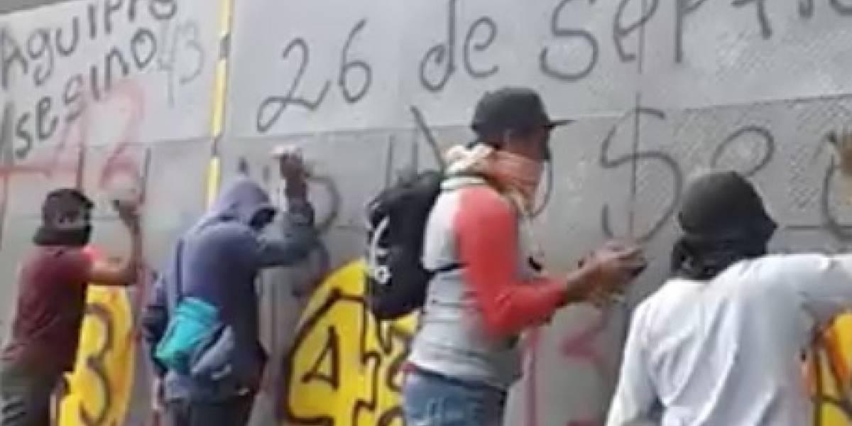 Familiares de los 43 protestan con pintas y piedras en Segob