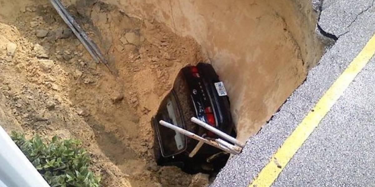 Cráter se traga automóvil en Tampa, Florida