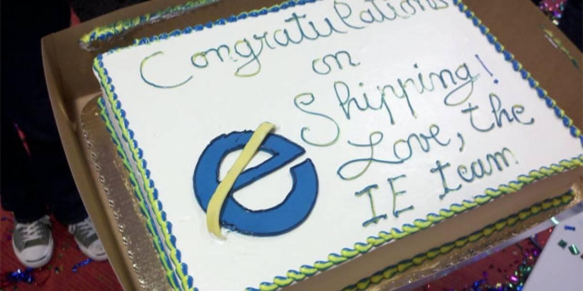Microsoft felicitó a Mozilla por lanzamiento de Firefox 4 con una gran torta