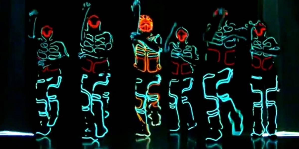 """Una alucinante coreografía con efectos luminosos al estilo """"Tron"""""""
