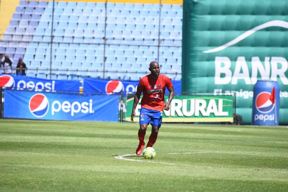 Felipe Baloy conduce el balón