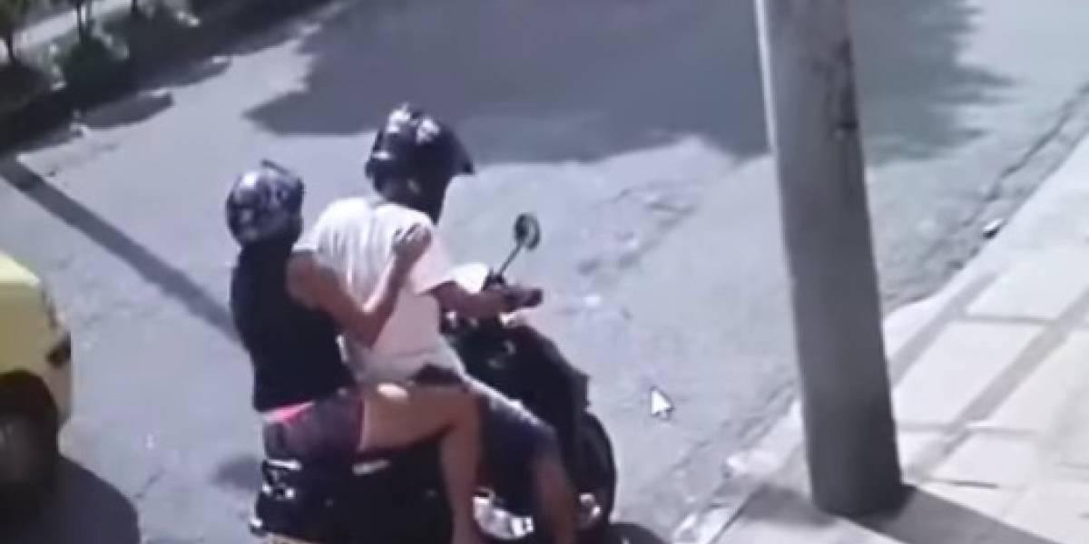 Video viral muestra cómo una mujer parrillera en moto lleva a cabo un robo