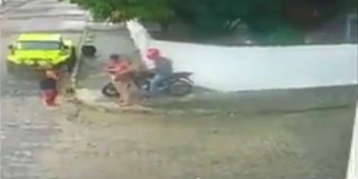 VÍDEO: Mulher dá vassourada em bandido para fugir de assalto