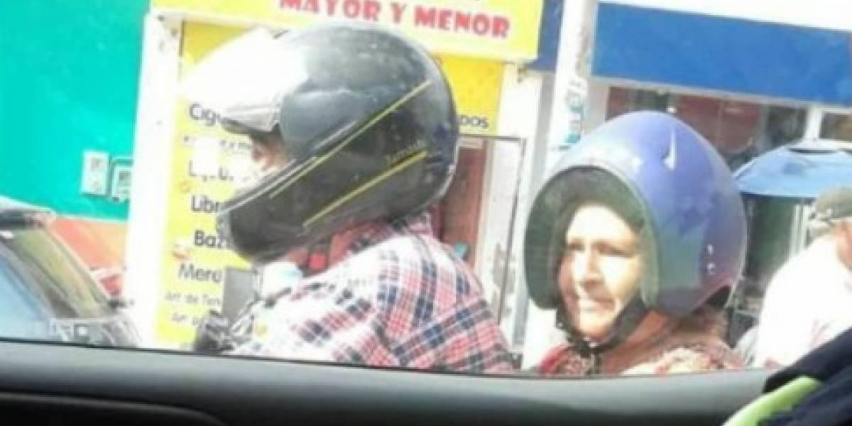"""Imposible que no se volviera viral: señora lleva el casco puesto a """"su pinta"""" y desata la risión en redes sociales"""