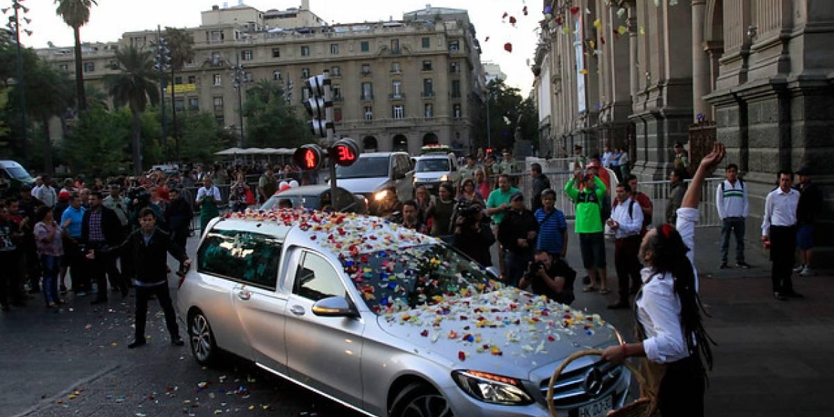 Cortejo de Nicanor Parra ya se dirige a Las Cruces para darle el último adiós al antipoeta