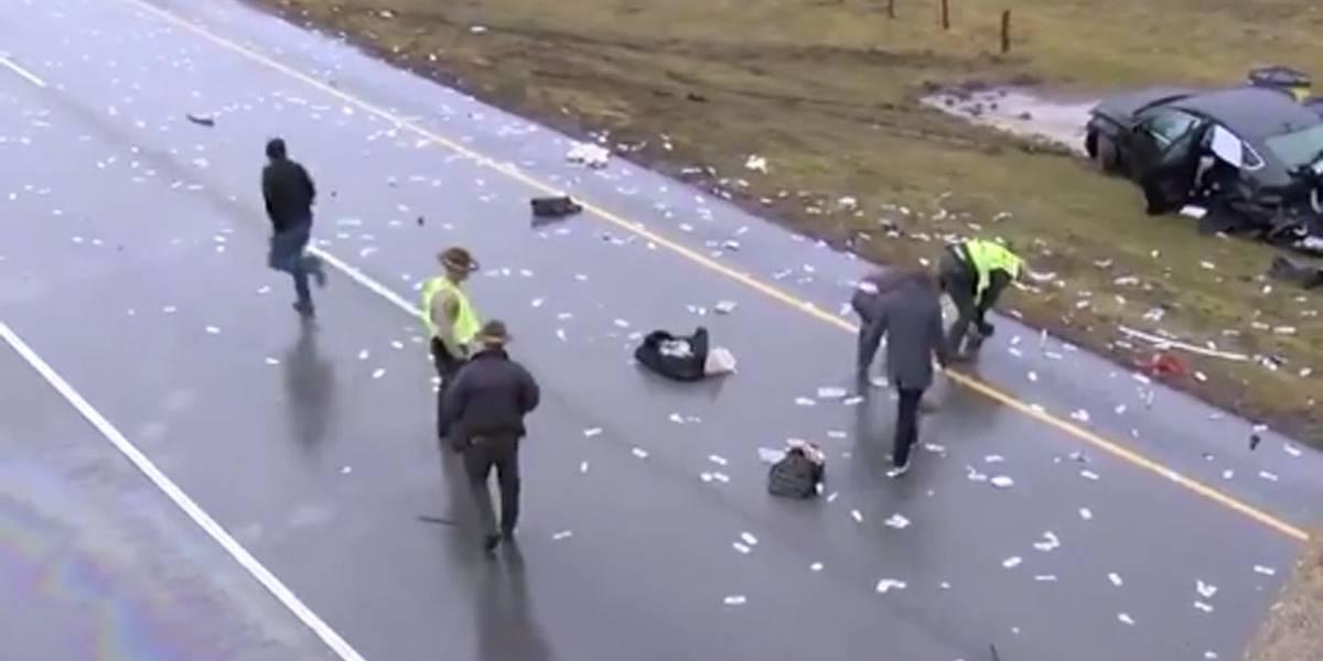 'Chuva de dólares' após acidente fecha estrada nos Estados Unidos