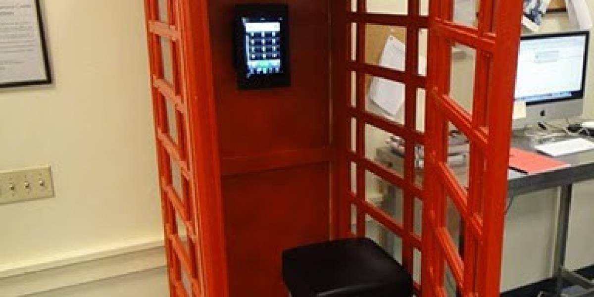 Crean una cabina telefónica con un iPad 2