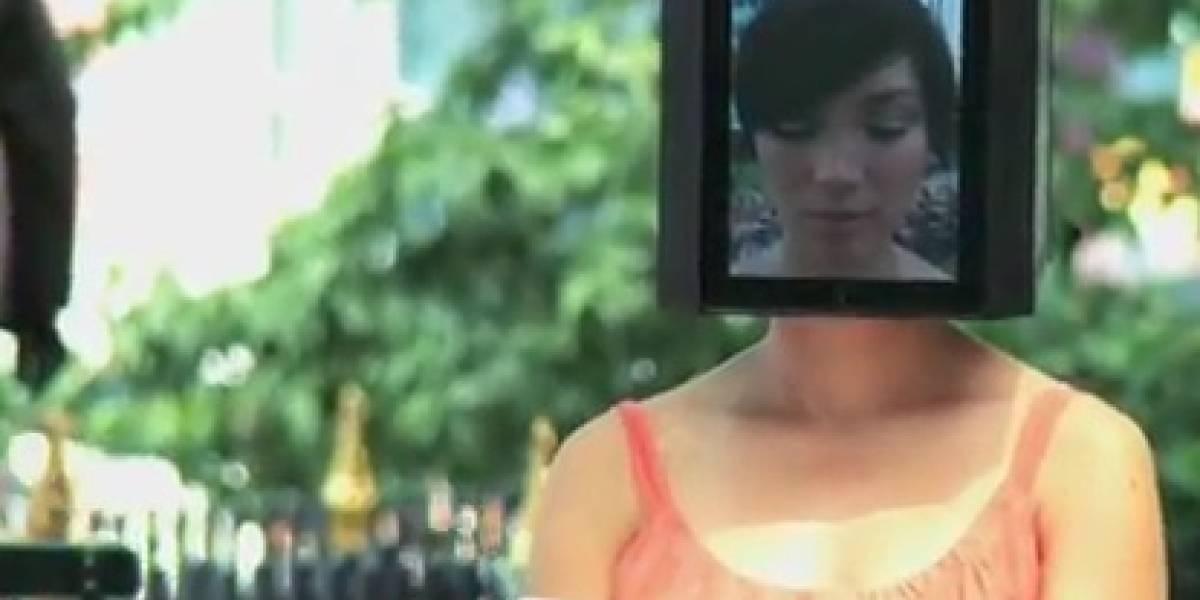 Mujer cabeza de iPad recorre Nueva York