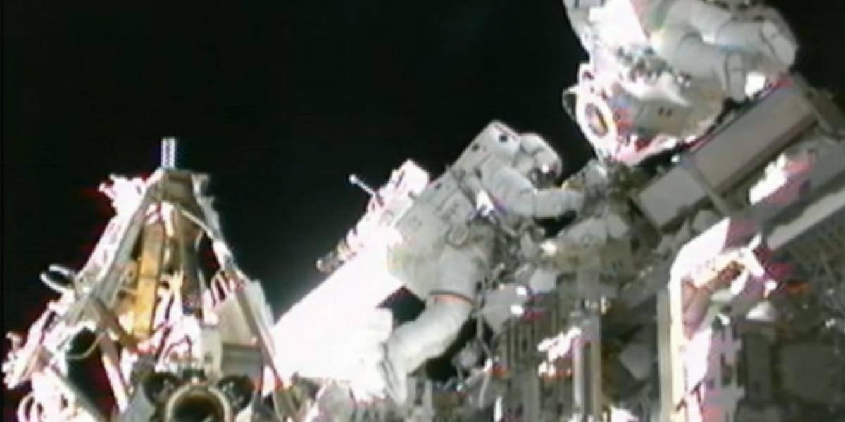 Astronautas reparan la Estación Espacial Internacional con un cepillo de dientes