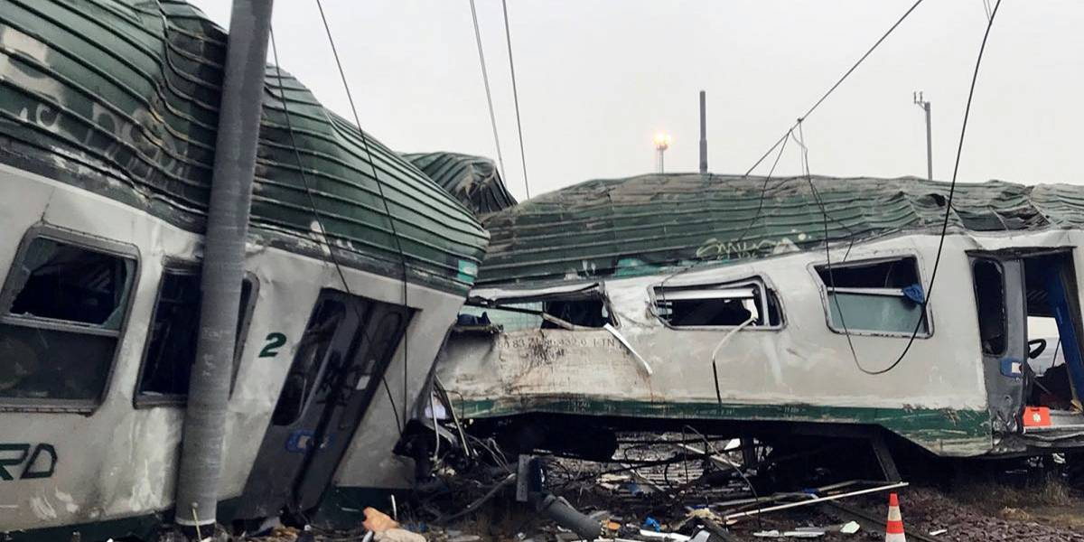 Veja imagens do acidente de trem que descarrilou na Itália