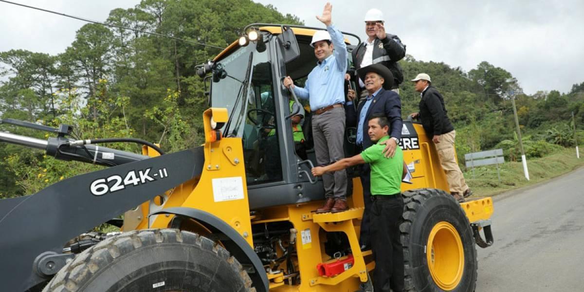 Jimmy Morales inaugura trabajos de recuperación de tramo carretero en Alta Verapaz
