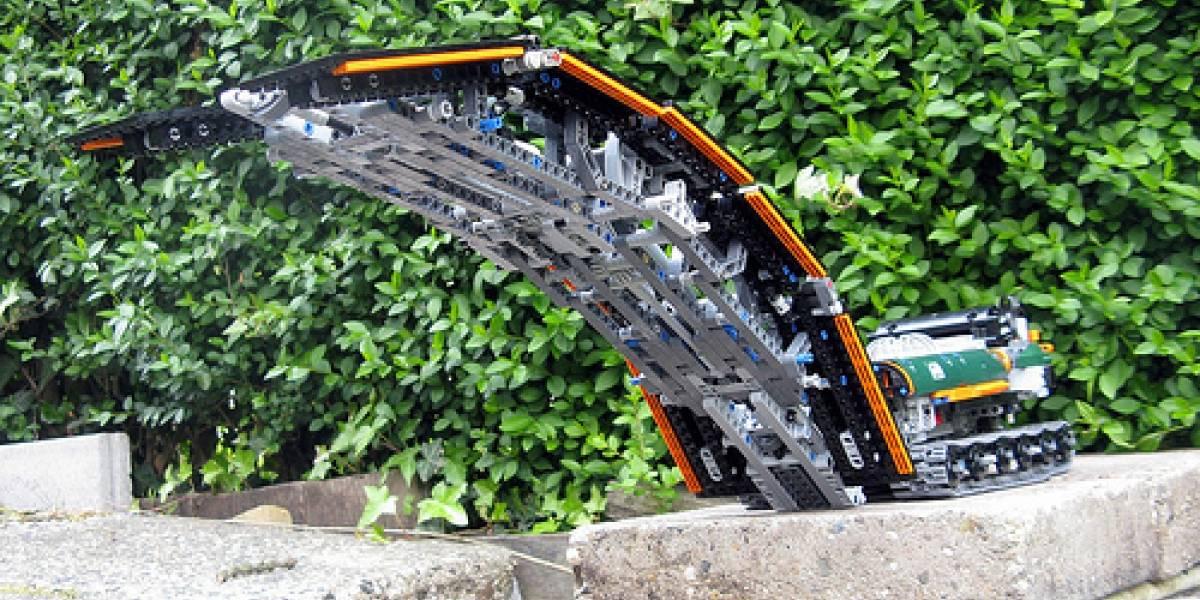 Súper vehículo de Lego pone puentes para cruzar obstáculos