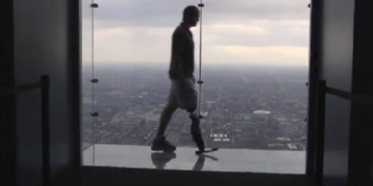 Hombre bate récord al subir 103 pisos con una pierna biónica controlada con la mente