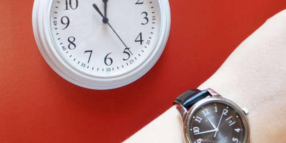 Gana 12 minutos de almuerzo diarios interviniendo el reloj de la oficina