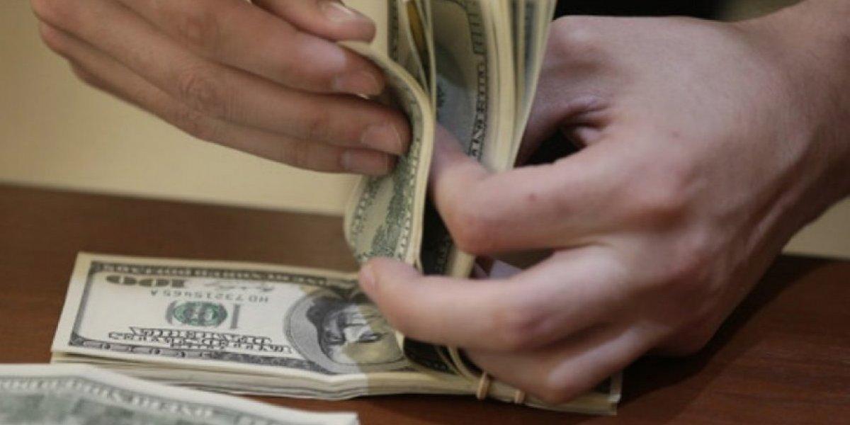 EE. UU. mantiene la calma ante la caída del dólar
