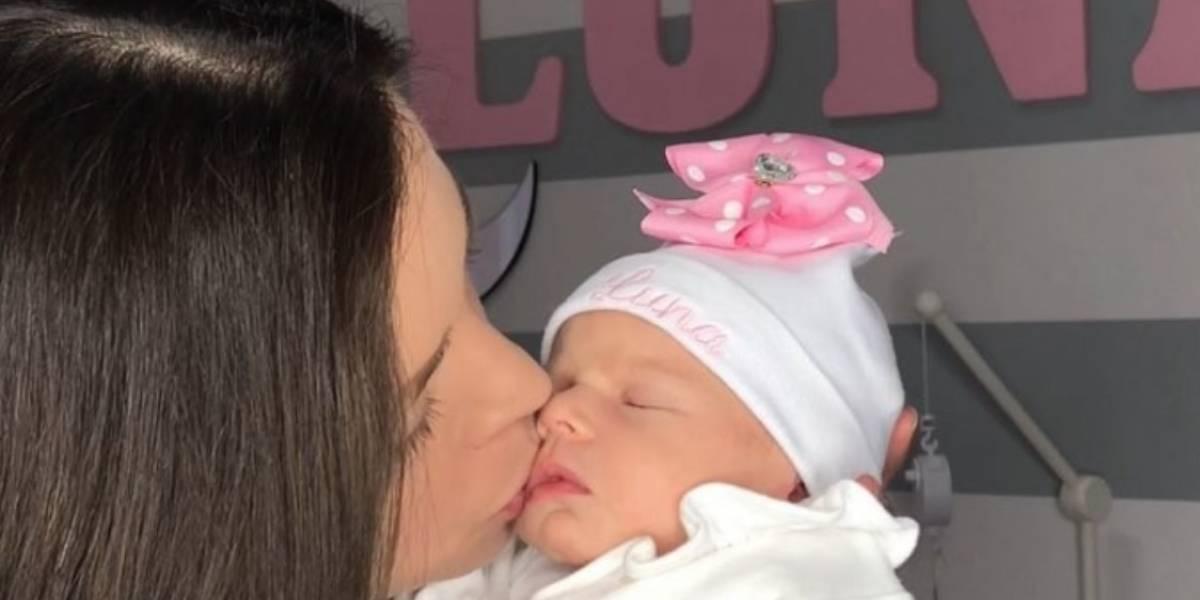 Actriz Ximena Dique presenta a su hija Luna