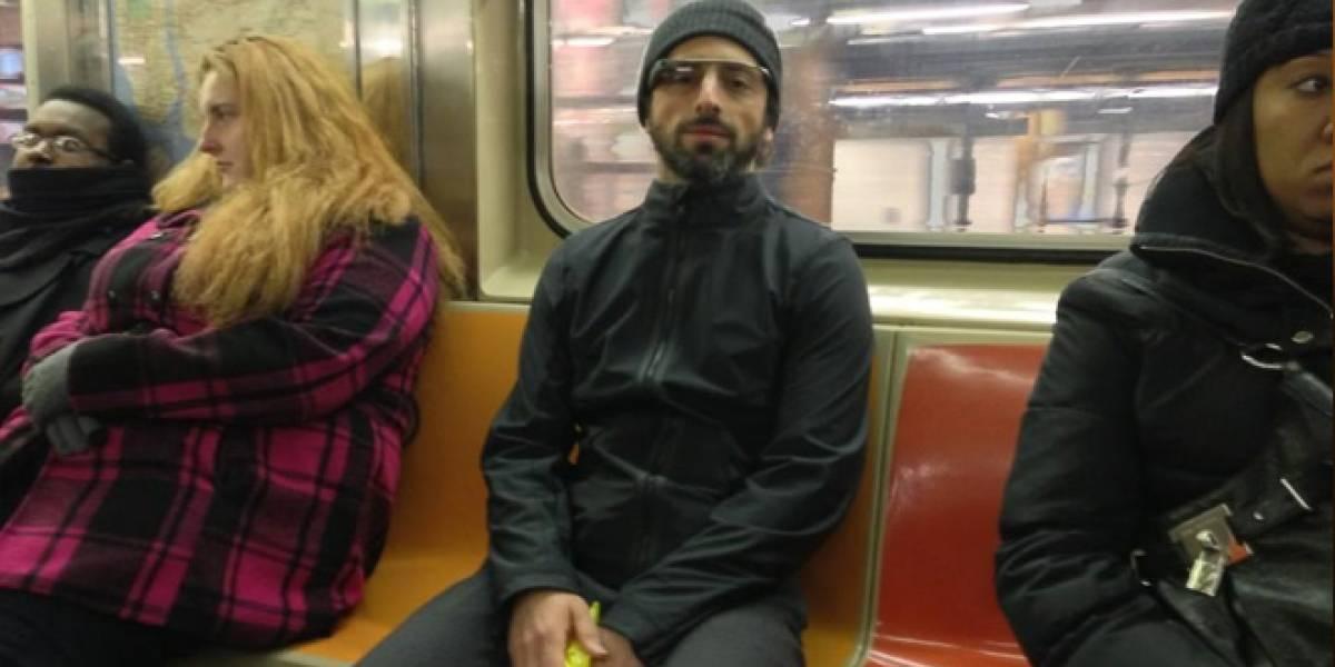 Sergey Brin pasea en el metro de Nueva York usando Google Glass