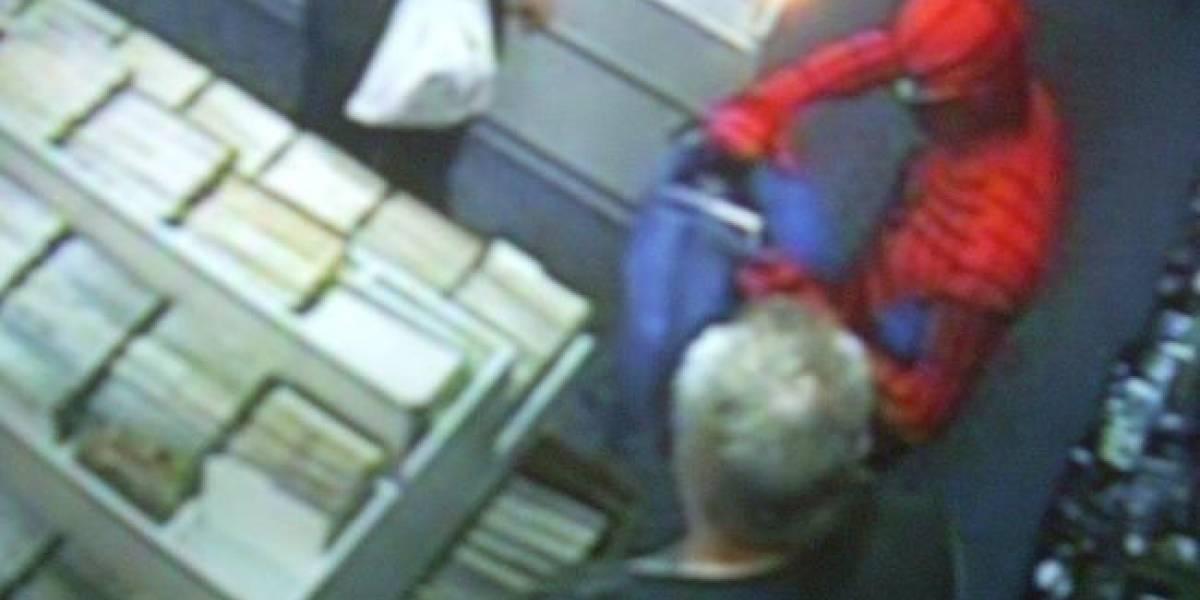 Spiderman detiene robo en tienda de cómics junto a caballeros Jedi
