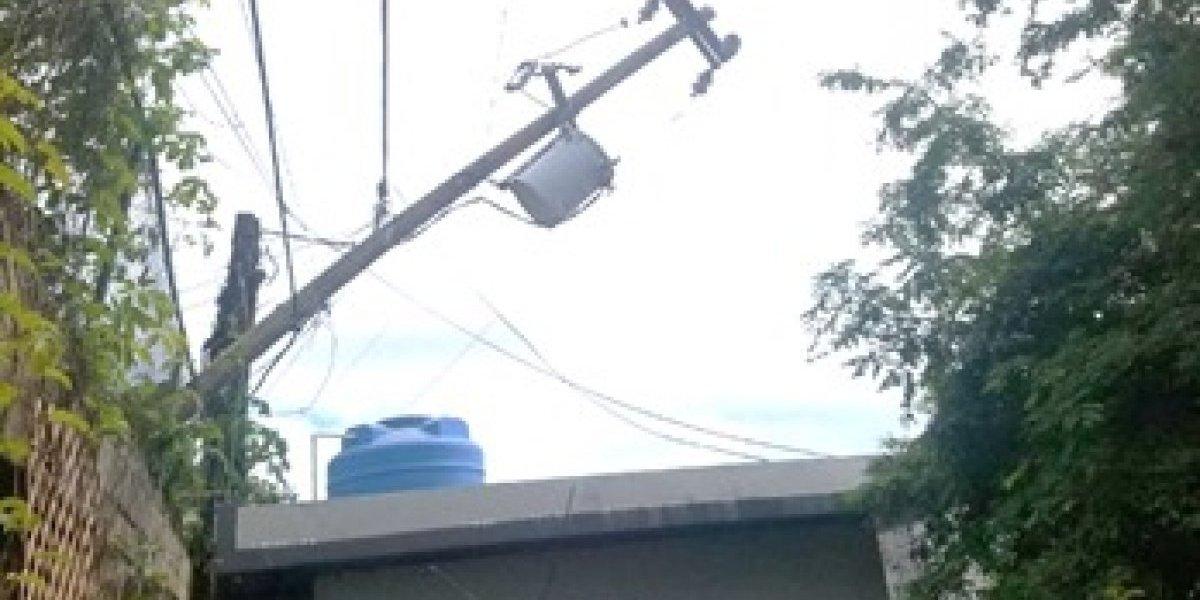 Temen que poste caiga sobre su casa, AEE no ha hecho nada | Metro