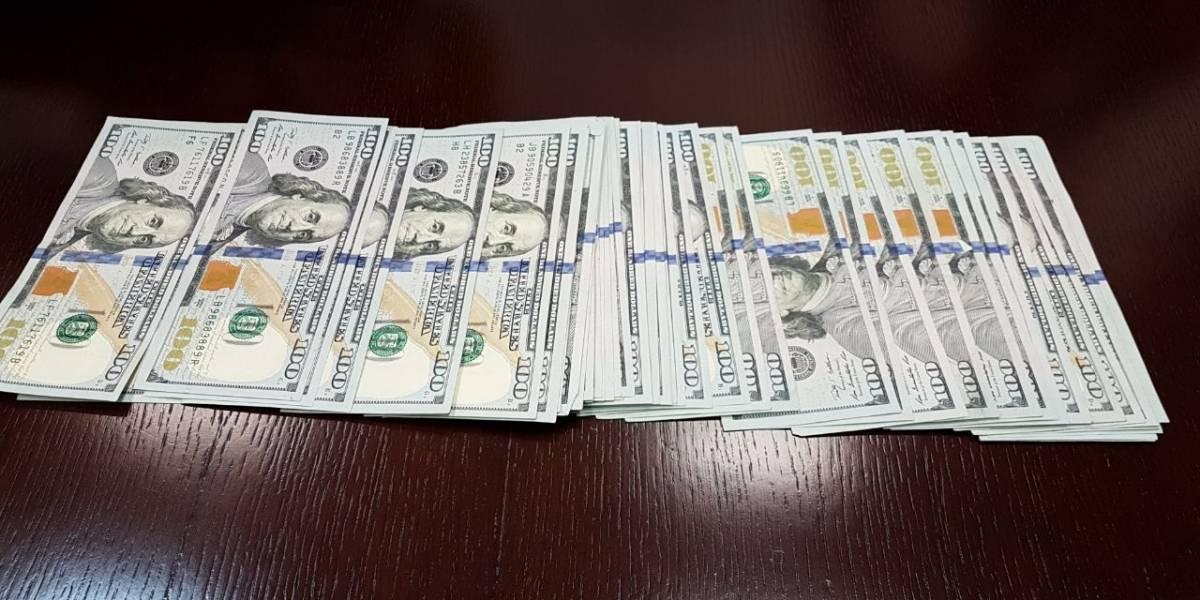 Encuentra cinco mil dólares y los entrega a la policía de la CDMX
