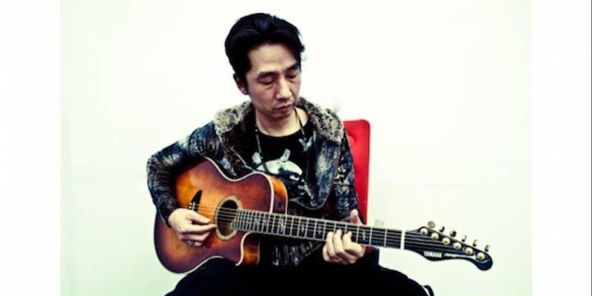 Yamaoka ayuda a Japón con una guitarra