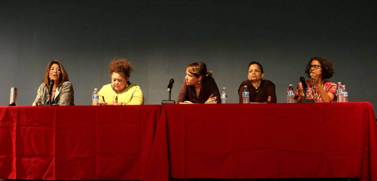 """De izquierda a derecha sentadas en el foro, las deponentes del foro fueron: la periodista canadiense Naomi Klien; Elizabeth Yeampierre (UPROSE y Climate Justice Alliance); Eva Prados Rodríguez (Frente Ciudadano por la Auditoría de la Deuda); Ruth """"Tata"""" S"""
