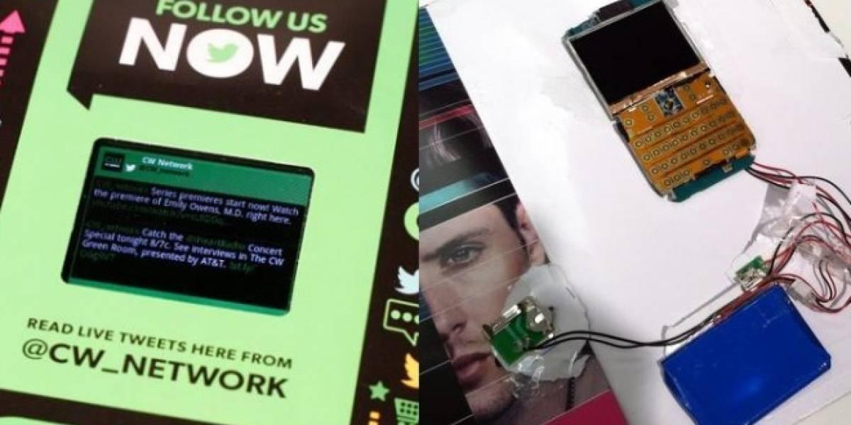 Publicidad de una revista viene con un teléfono Android para mostrar videos y tuits