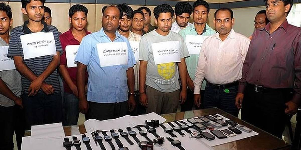 Banda criminal en Bangladesh ayudaba a hacer trampa en exámenes con relojes-teléfonos