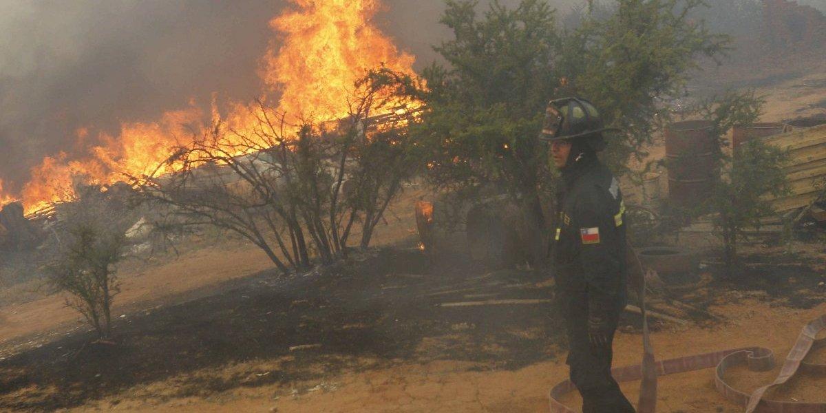 Onemi decreta alerta roja para Quilpué y Villa Alemana por incendios forestales