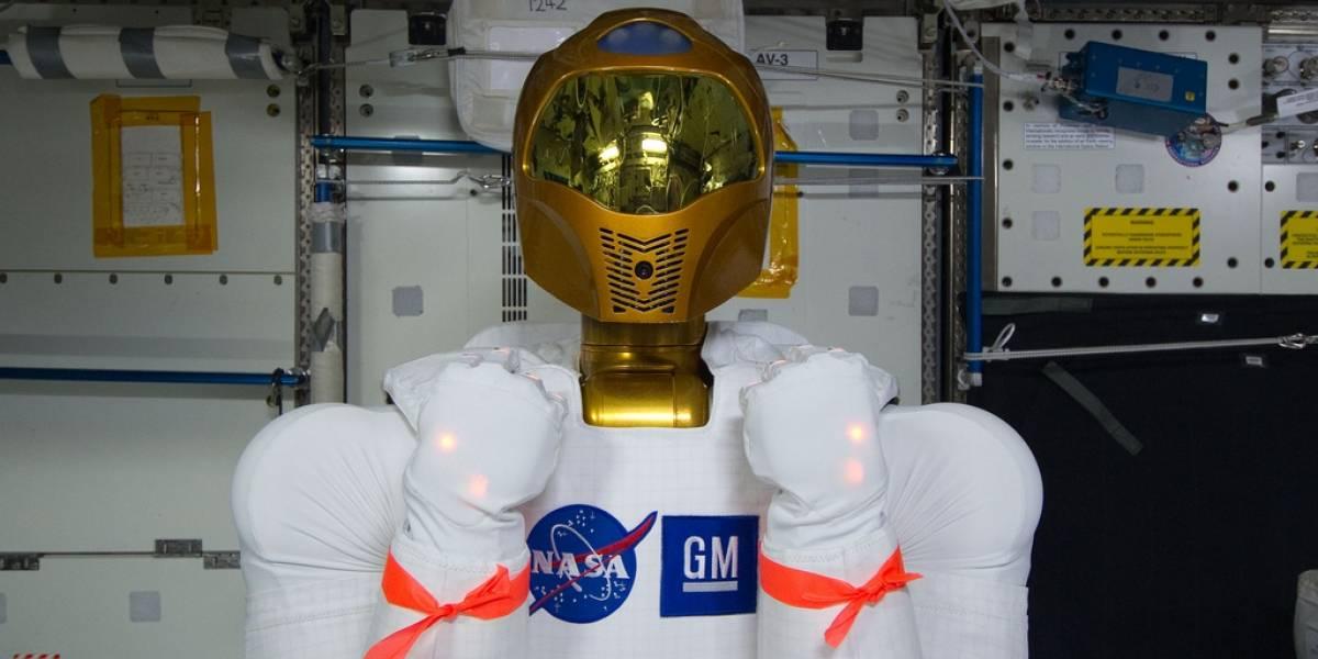 Por primera vez el robonauta R2 estrecha la mano de un astronauta en la ISS