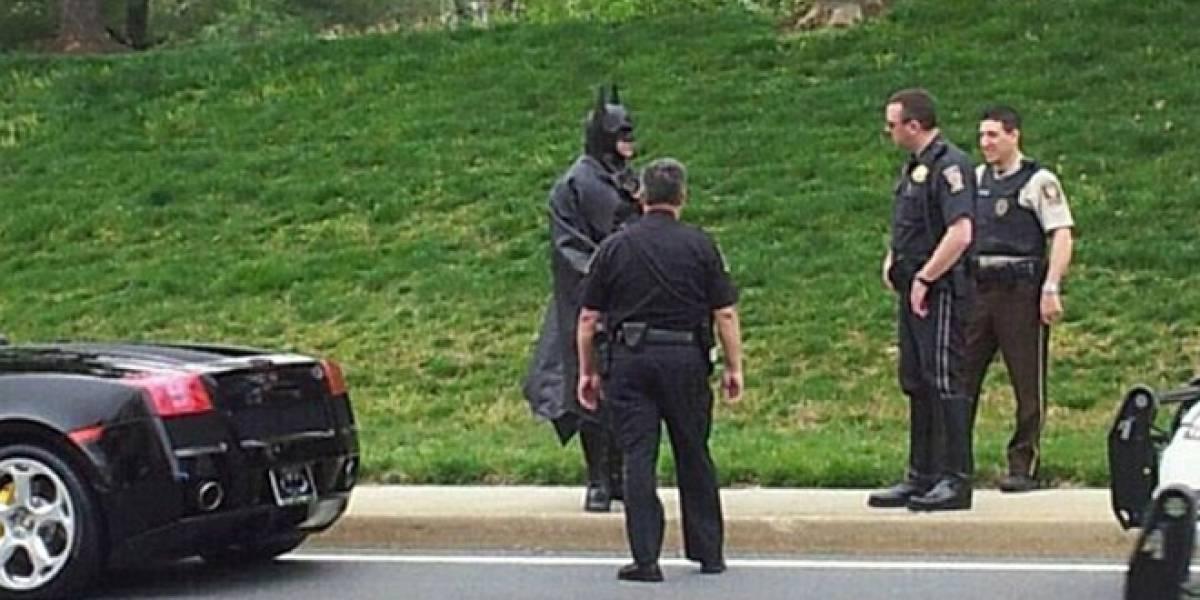 ¡Santas multas!: Batman fue detenido por no traer las placas montadas en su batimóvil