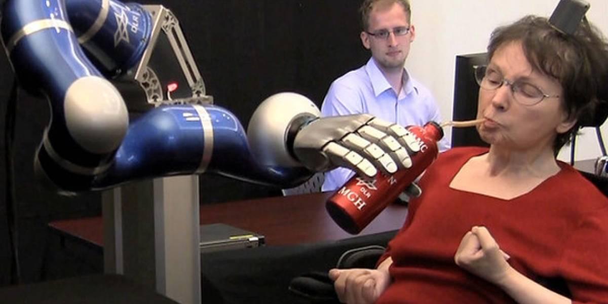 Personas paralizadas logran controlar brazo robot con la mente