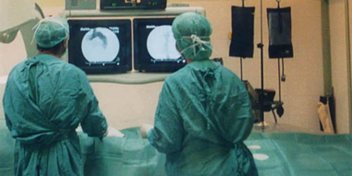 Realizan primer trasplante doble de piernas del mundo