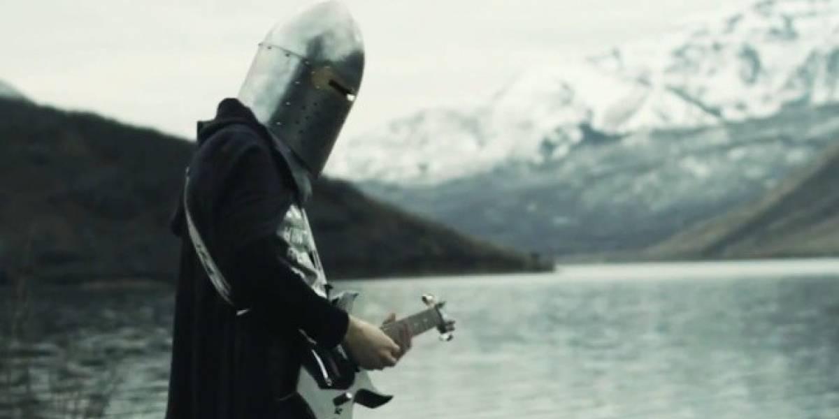 La versión moderna de Dovahkiin viene con capa, casco y jeans