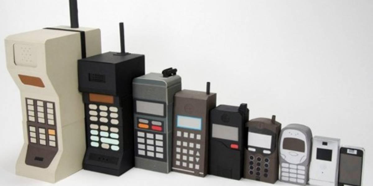 La evolución de los móviles narrada en matrioskas de cartón