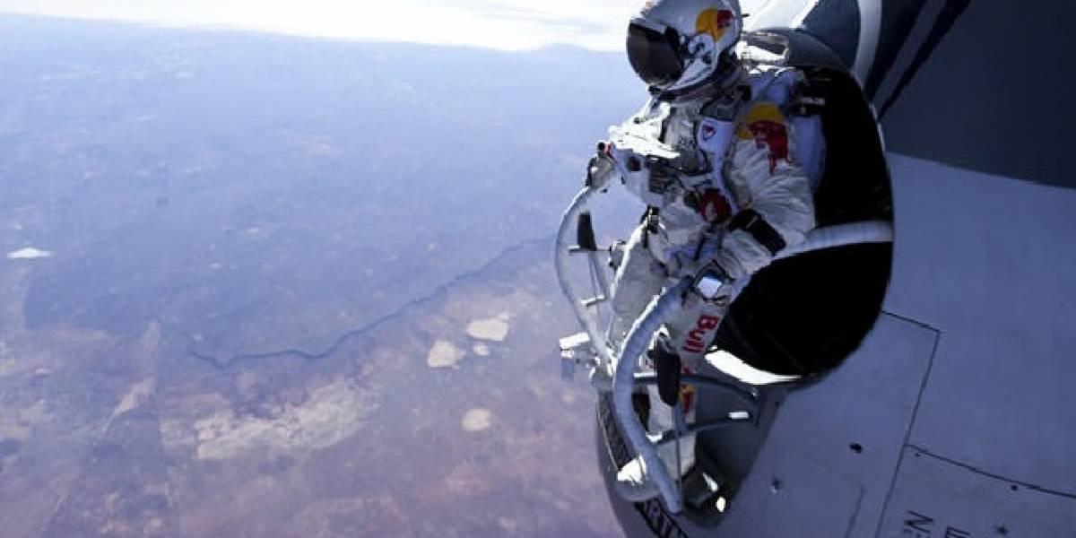 Paracaidista insano se lanza de la estratósfera; va por récord de altura y velocidad