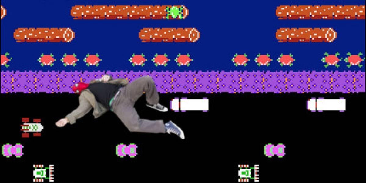 Hombre intenta recrear Frogger y es atropellado, todavía le quedan vidas