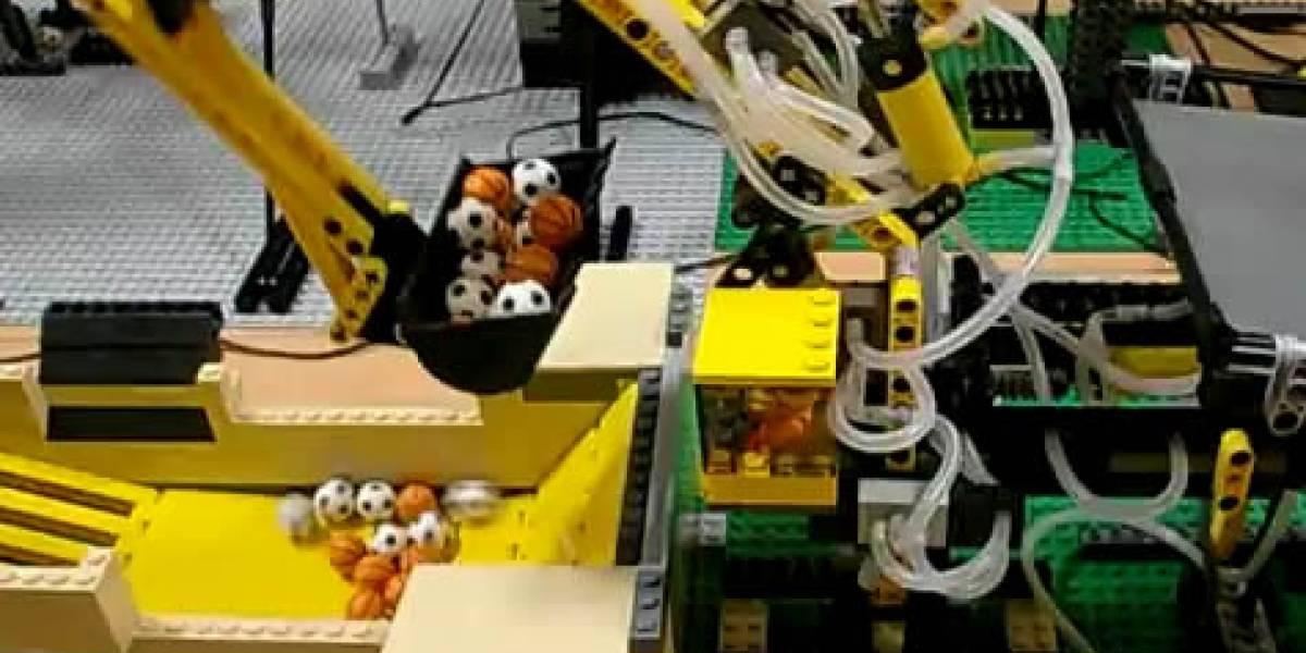 Video: Esta máquina transportadora hecha de Lego hipnotiza haciendo nada