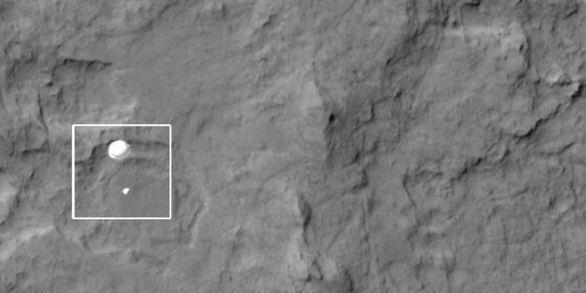 Sonda de la NASA capta al Curiosity cayendo con su paracaídas