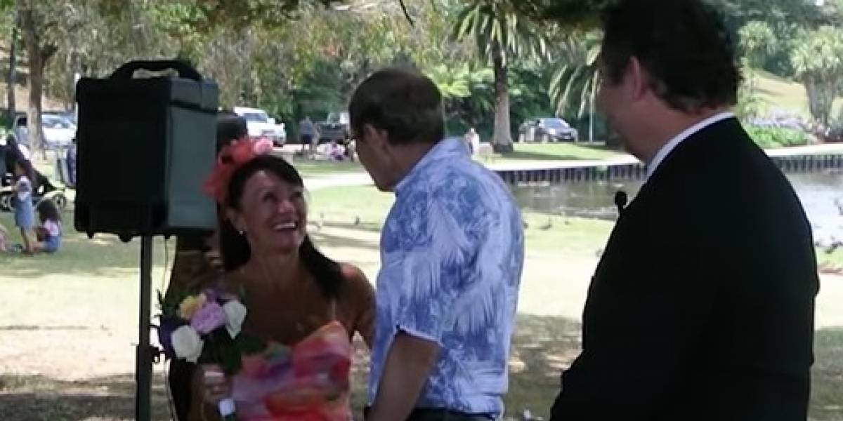 Homem que sofre de Alzheimer pede esposa em casamento novamente; veja o vídeo