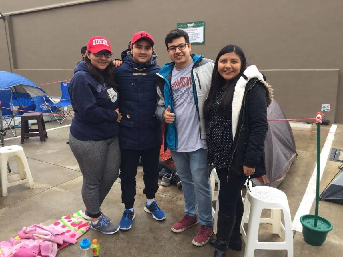 Fanáticos a las donas haciendo cola para ganar durante un mes Ruslin Herrera