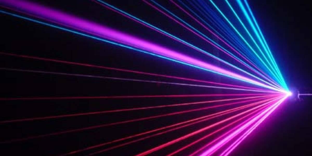 Transmisión de datos por fibra óptica alcanza nuevo récord usando un sólo láser