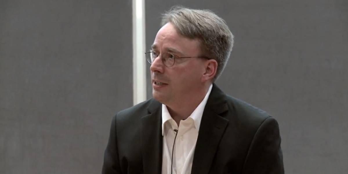 Linus Torvalds levanta su dedo medio contra Nvidia por no dar soporte a Linux