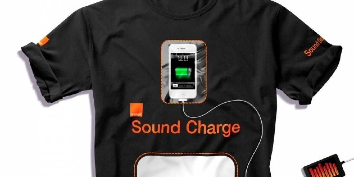 Esta camiseta permite recargar celulares usando ruido