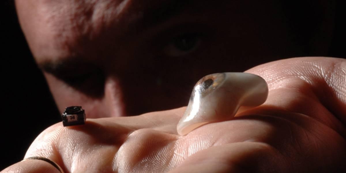 Hombre tuerto convierte su prótesis en un ojo biónico