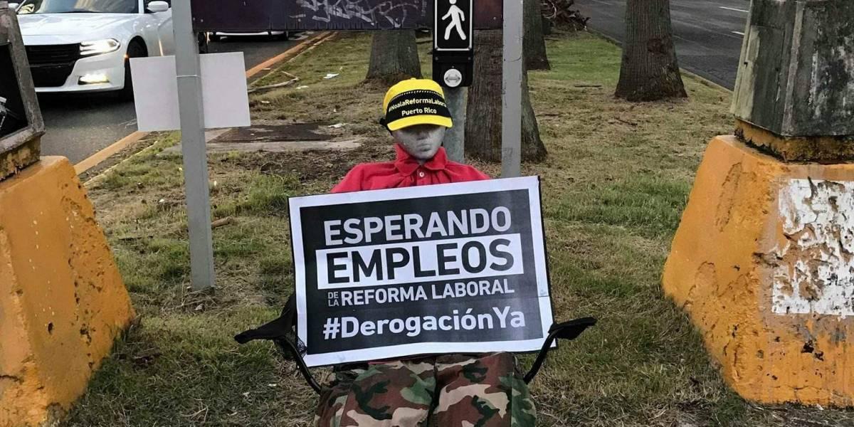"""Muñeco amanece frente al Departamento del Trabajo """"esperando"""" los empleos"""