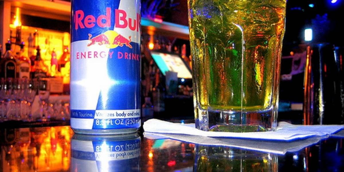 Estudio: Alcohol mezclado con bebidas energéticas aumenta probabilidad de tener sexo casual