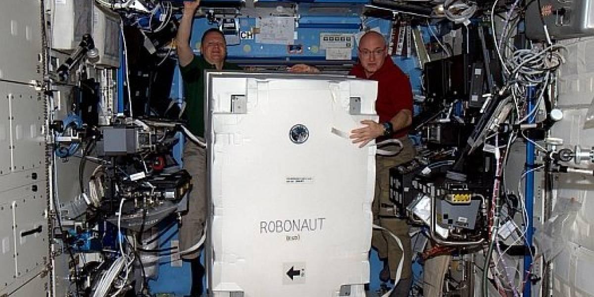 Robonaut 2 por fin salió de su caja