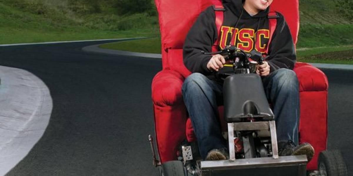El rey de la flojera le puso motor y ruedas a su sillón para ir a clases