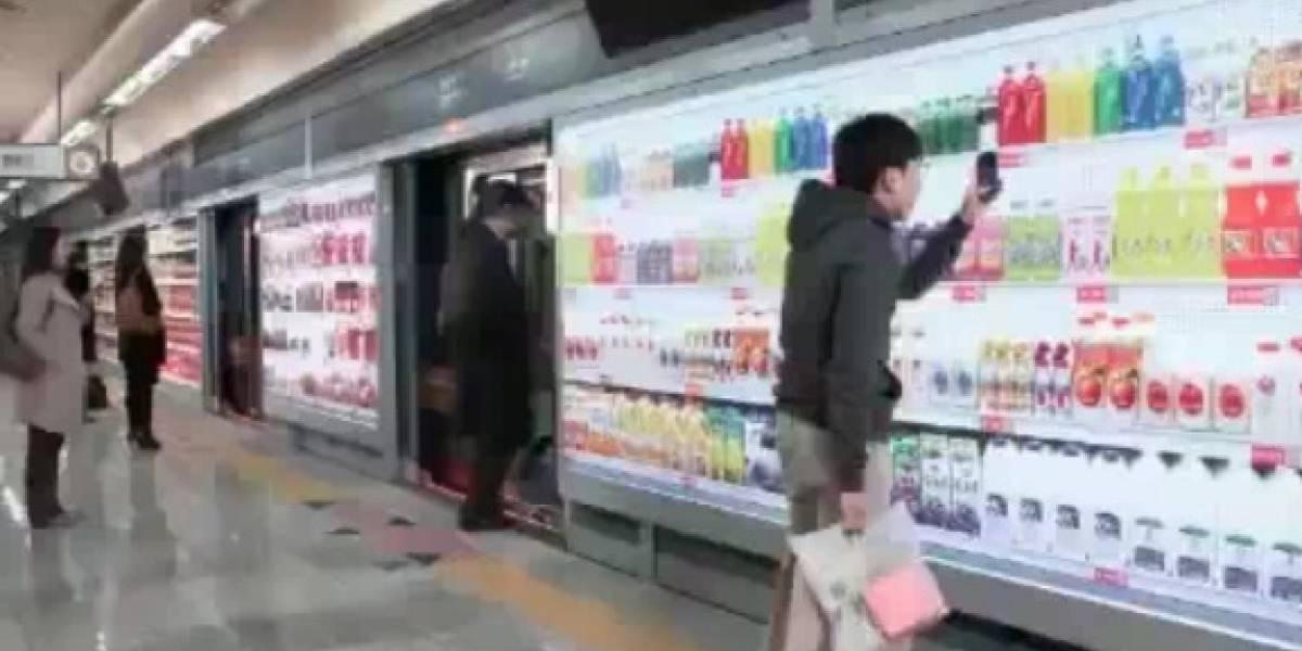 Coreanos hacen las compras a través de avisos publicitarios mientras esperan el metro